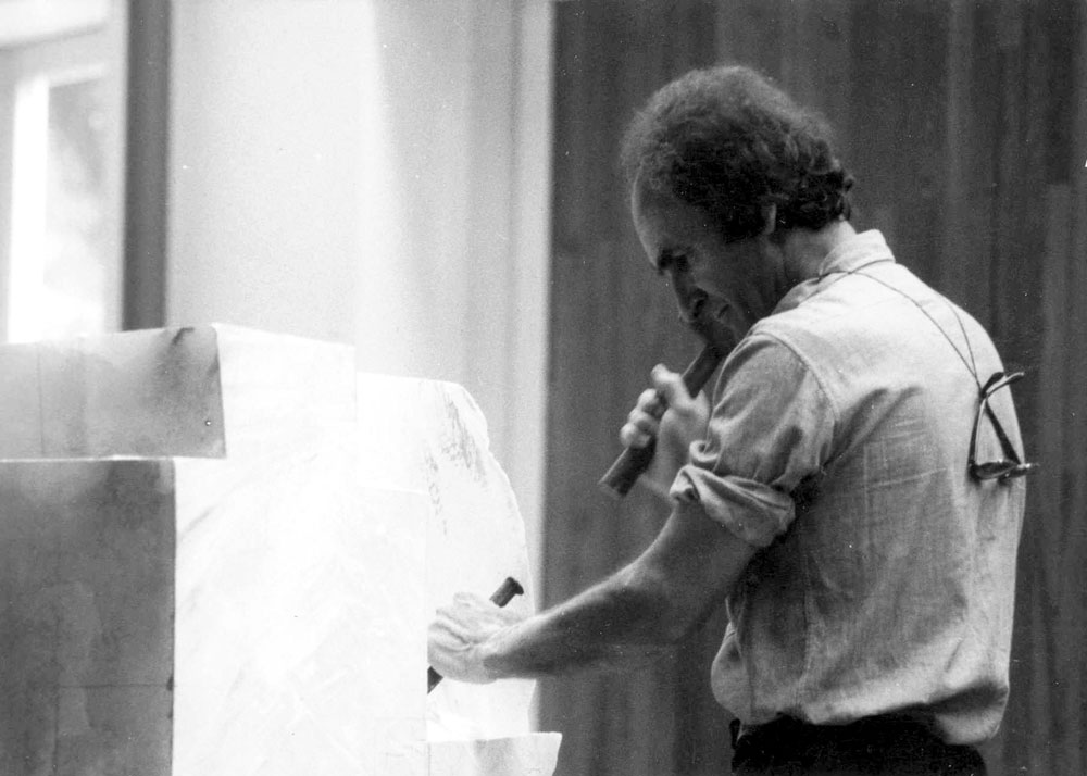 Eduardo Chillida working on an alabaster sculpture, 1975. Photo: Archivo Eduardo Chillida. © 2017 Zabalaga-Leku, Artists Rights Society (ARS), New York / VEGAP, Madrid.